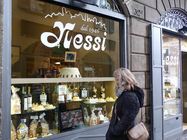 Rebeca en la pastelería Nessi de Bérgamo