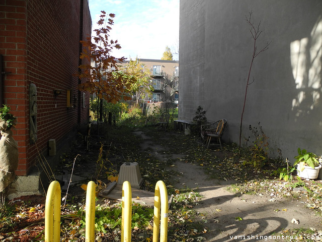 Empty lot and big yards on Saint-Charles street
