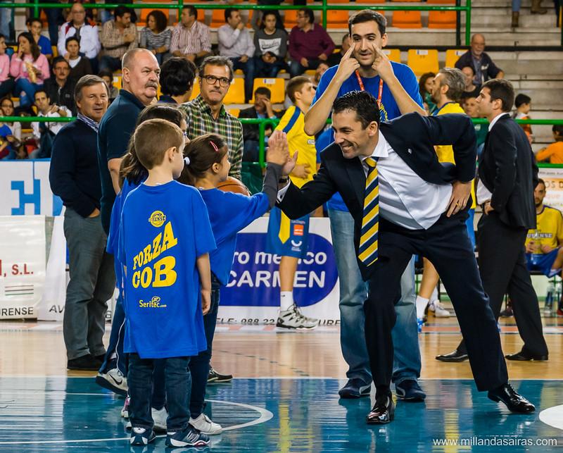 Presentación del equipo: Gonzalo saludando a los pequeños aficionados
