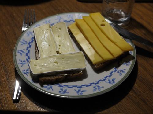 Camembert und Beemster-Käse auf Brot