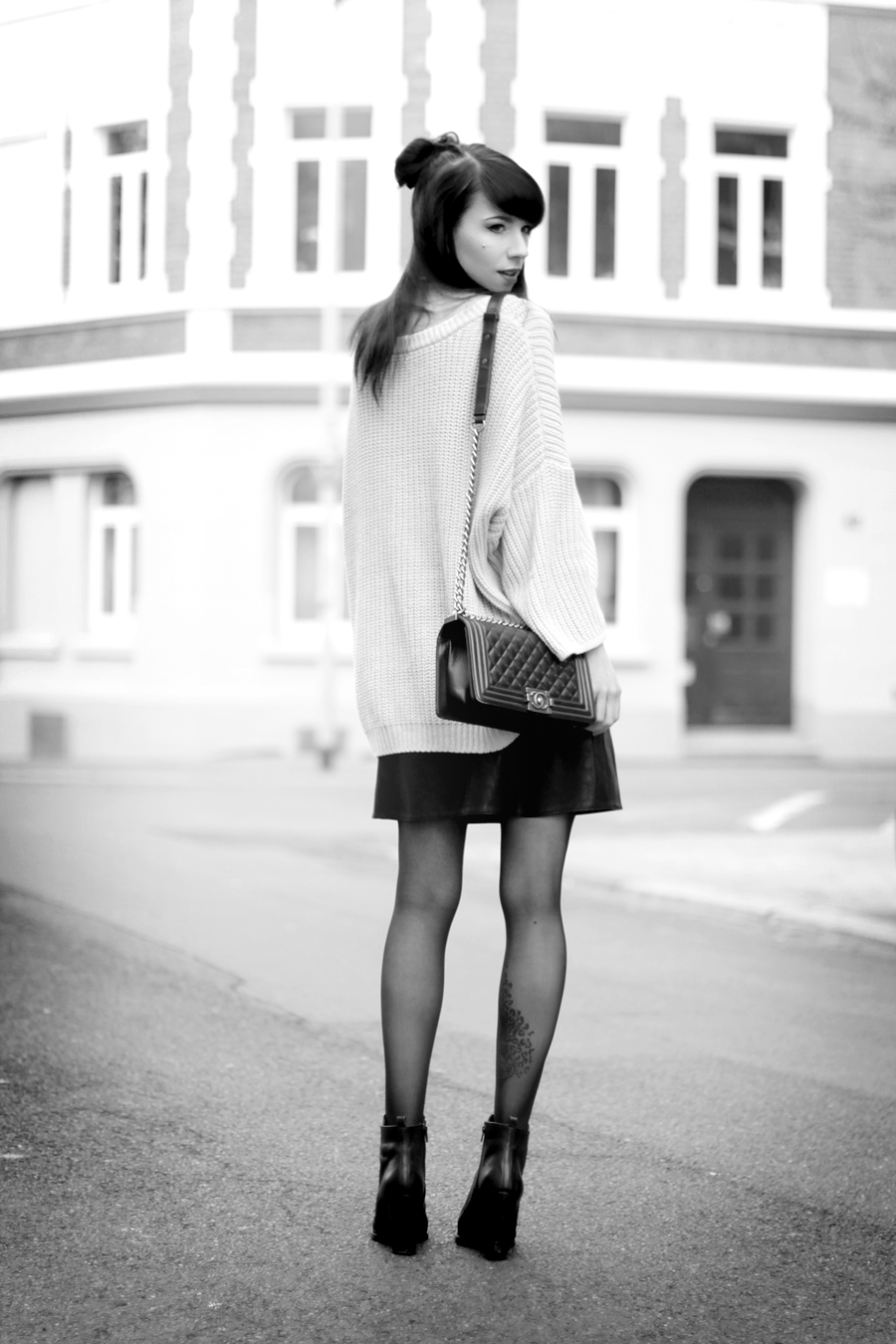 outfit black leather skirt chunky knit chanel bag heels geisha look makeup red lips black hair snow white blogger ricarda schernus hannover berlin germany fashionblogger 7