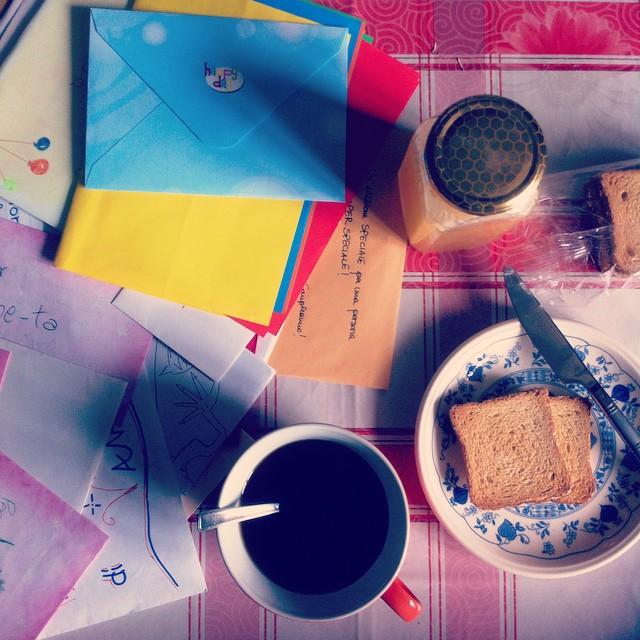 Bello fare colazione rileggendo vecchi biglietti d'auguri. #breakfast & #memories #birthday #breakfastpic