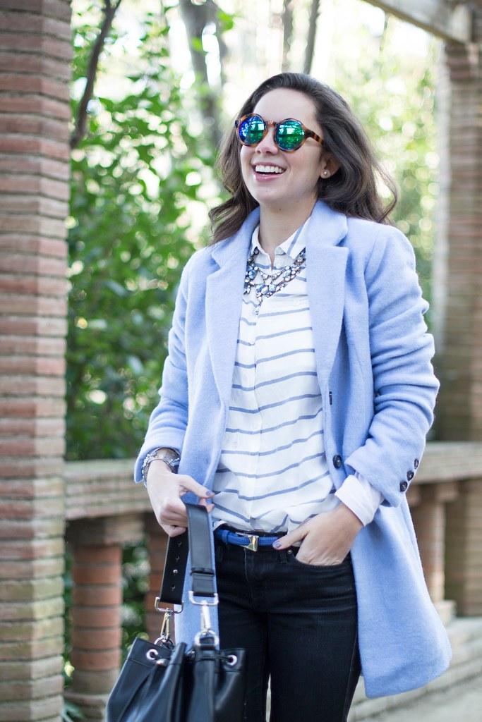 Apuesta por un abrigo azul claro en tu look