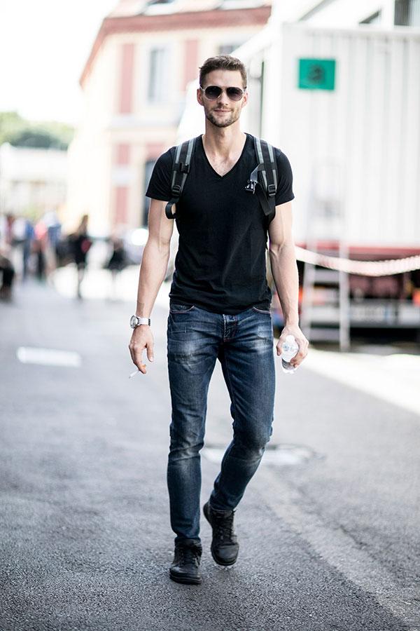 黒無地VネックTシャツ×デニムパンツ×黒スニーカー