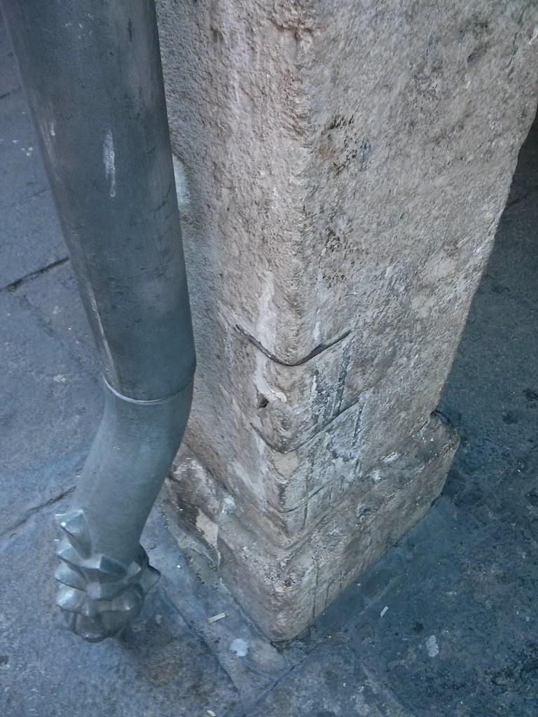 Grapas sobre piedra histórica detalle