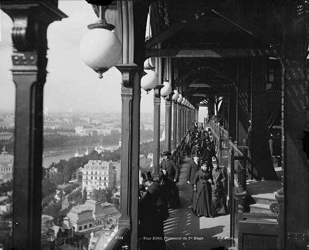 Hành lang dạo ngắm cảnh trên tầng một của Tháp Eiffel, Paris, khoảng năm 1900