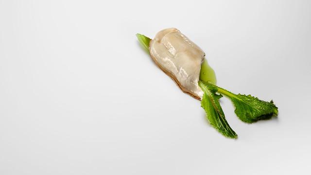 Ostra, borraja, caldo de cebollino y hierba limón