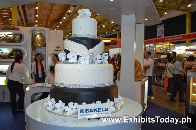 Elegant black & white coloured cake at the Bakels booth
