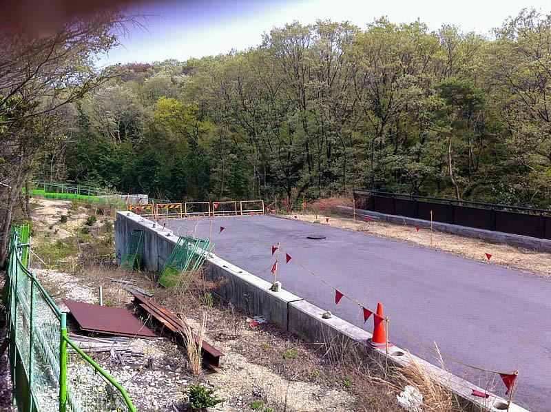 道路工事は中止され、中途半端に完成した道路が残ってる