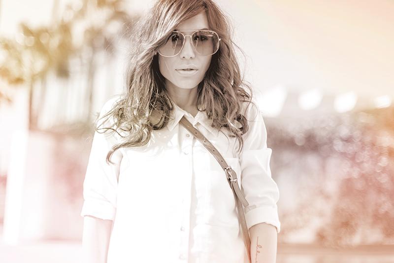 street style barbara crespo white shirt denim shorts hakei bag fashion bloger sevilla outfit blog de moda