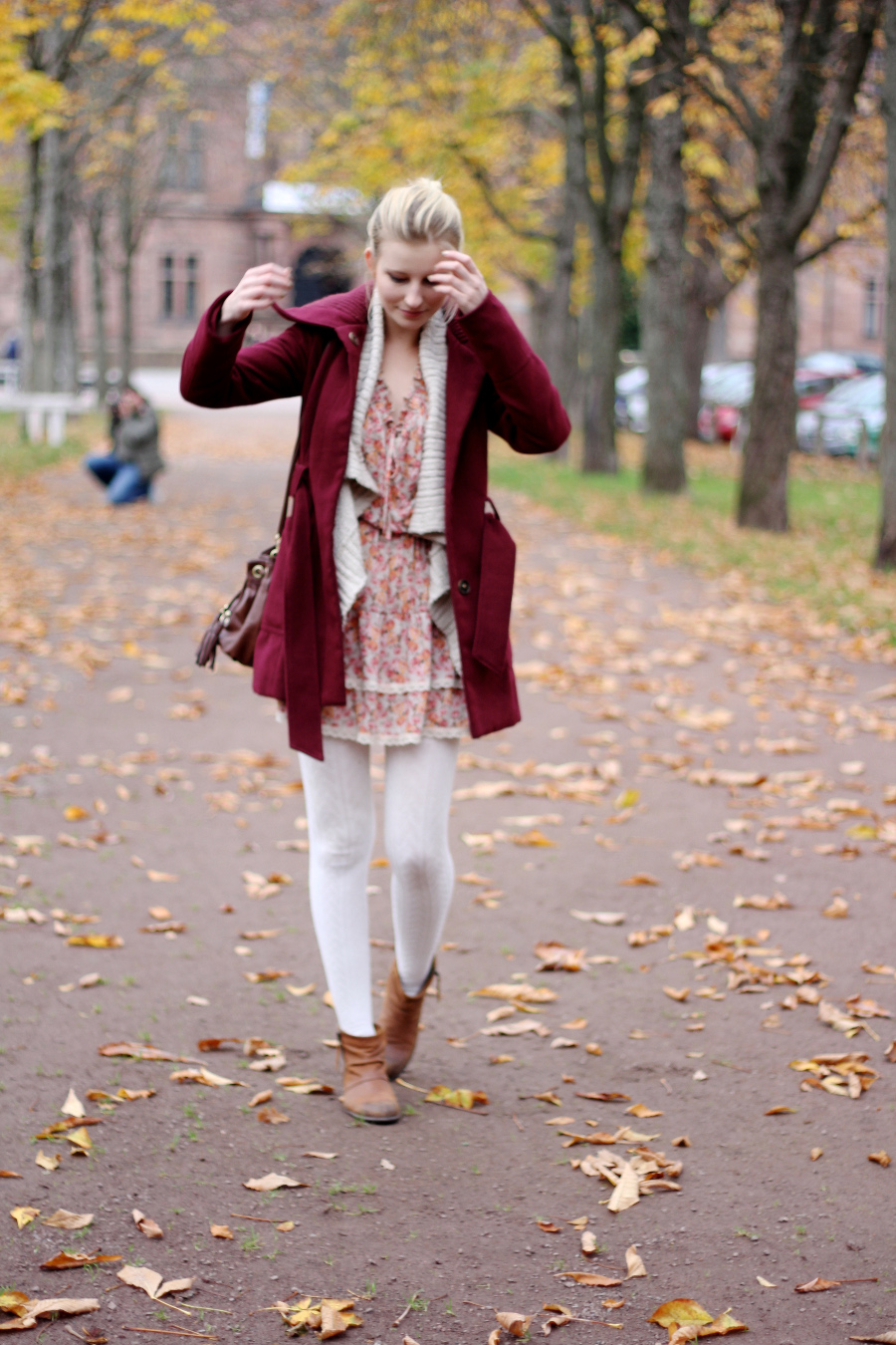 outfit-tights-white-dress-coat-red-flower-print