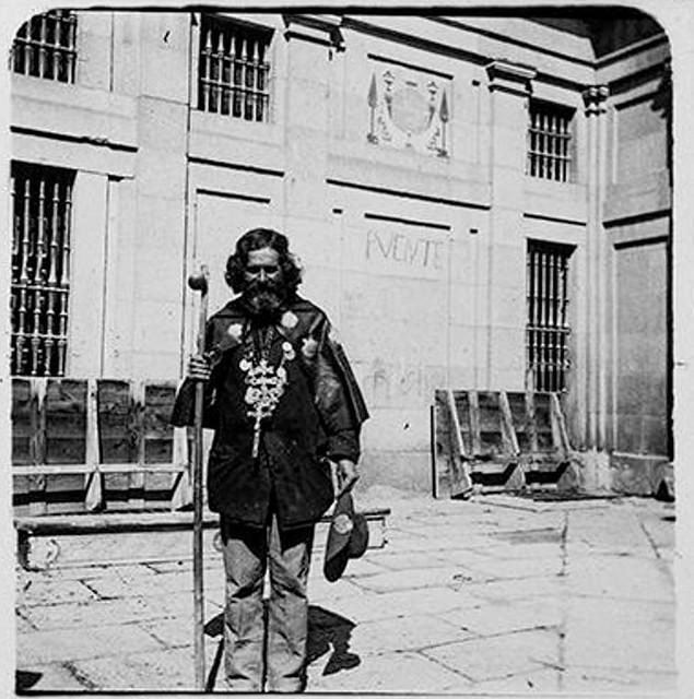 Un peregrino en un patio de la Catedral de Toledo en 1900. Fotografía de Augusto T. Arcimis © Fototeca del IPCE, MECD. Signatura ARC-0711_P