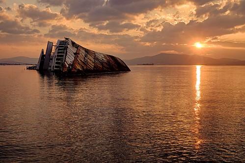 sea sunrise landscape time greece shipwreck orientation hdr 28mmf28 elefsis photospecs θάλασσα τοπίο ναυάγιο ανατολή ξημέρωμα ελευσίνα