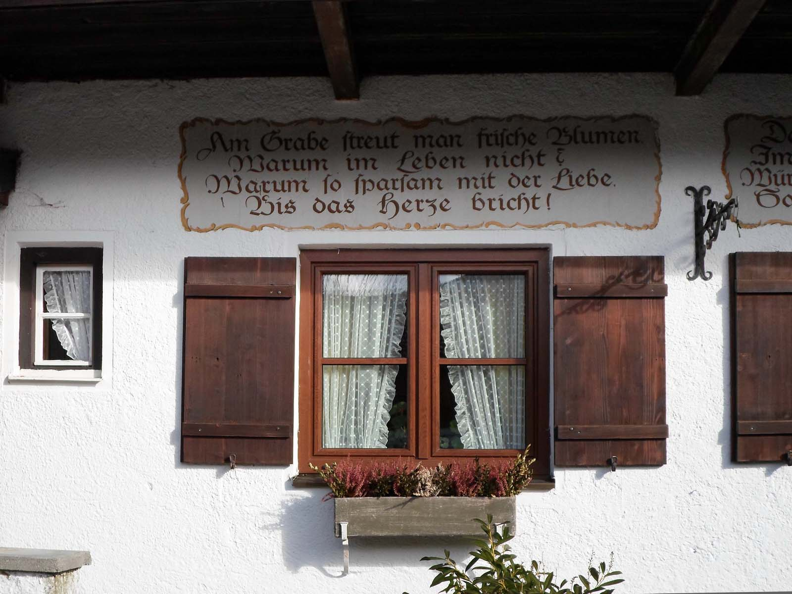 Memento-mori-Fensterladen in Lenggries