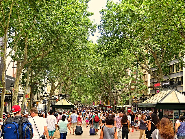 tourists on La Rambla, Barcelona, getting pickpocketed, how to avoid getting pickpocketed