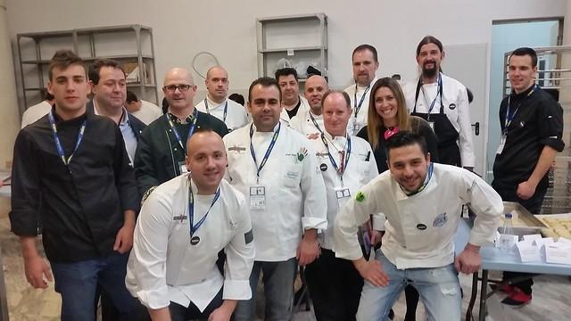 Foto de familia de los representantes del Centro de Innovación Gastronómica con la delegación salmantina