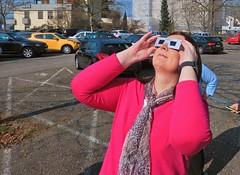 Beim Beobachten der Sonnenfinsternis