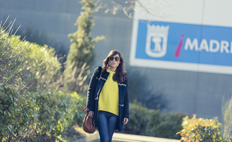 street style barbara crespo yellow zara sweater hake coat the corner sneakers fashion blogger outfit blog de moda