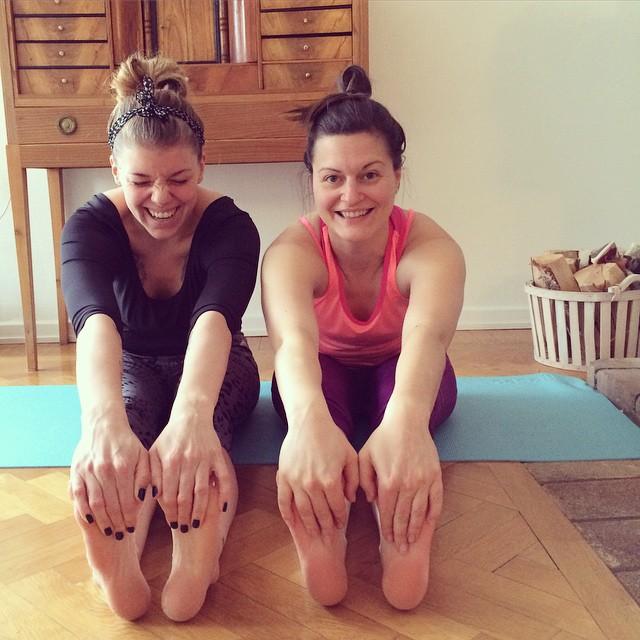 När ens bästis sover över så att man kan börja dagen med att yoga ihop-lyckan. Namaste! @mbackne