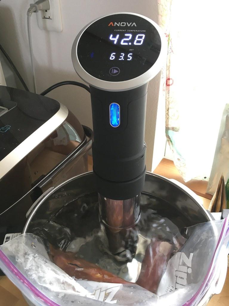 我が家で一番大きい鍋(圧力鍋)で豚肉をあたためるANOVAさん