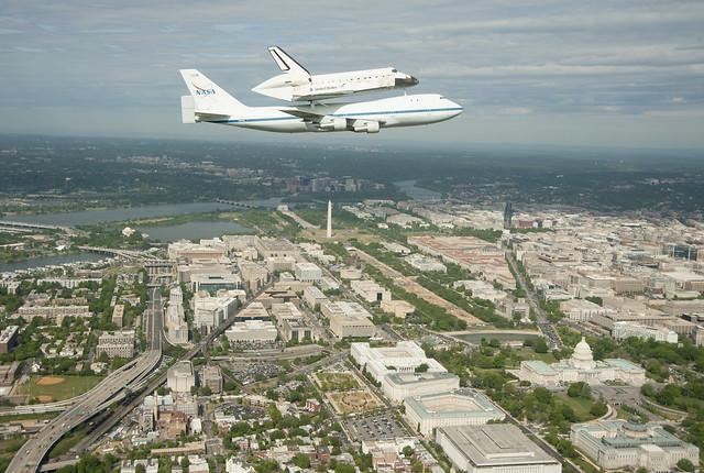 Space Shuttle Discovery DC Fly-Over  (April 17, 2012) - Máy bay 747 chuyên dụng của NASA chở tàu vũ trụ con thoi Discovery bay ngang qua thủ đô Washington DC