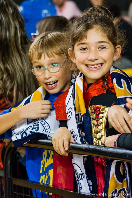 Niños disfrutando del partido