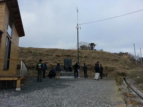 小高でお手伝いの後、塚原の公会堂の横に建てられた慰霊碑へ。この辺りには津波被災のお宅が、まだ取り壊されずにいくつか残っている。