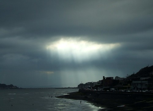 夏休みには湘南に_稲村ヶ崎から江ノ島、雲間から陽の光が(2)
