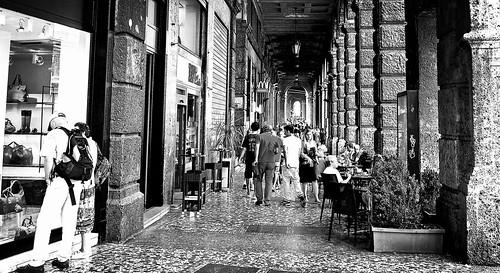 blackandwhite bw italy monochrome europa europe italia architectural bologna historical arcades touristattraction emiliaromagna viarizzoli touristdestination