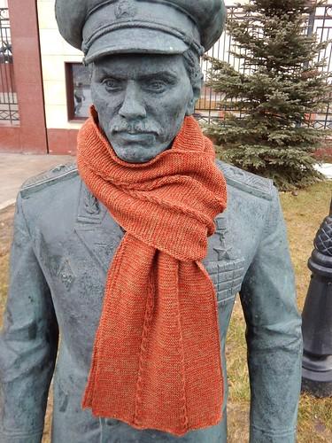 шарф, связанный спицами, двусторонний со жгутами, с двойной кромочной петлёй и шнурком i-cord по краям | horoshogromko.ru