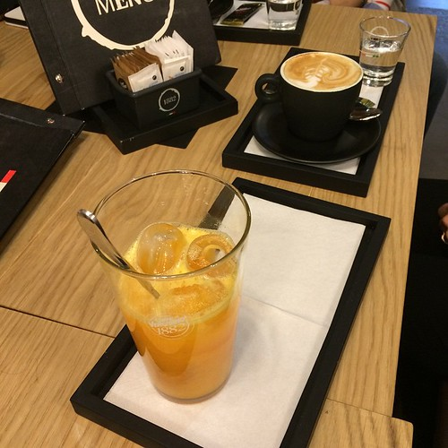 A special breakfast:) with special friends:) Una colazione speciale con amiche speciali:)
