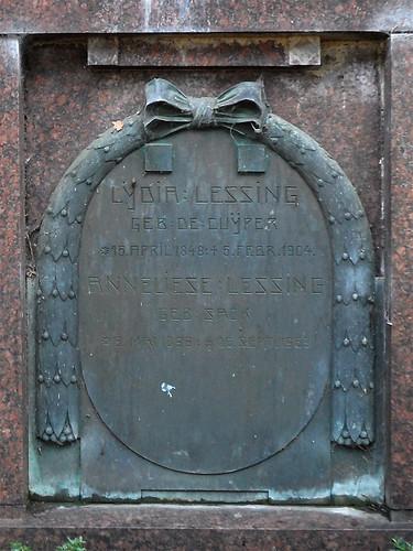 Familiengrab Lessing, Lahnstein - Bronzetafel für Lydia Lessing (geb. de Cuyper, 15.4.1848-5.2.1904) und Anneliese Lessing (geb. Sack, 9.5.1896-25.9.1969)