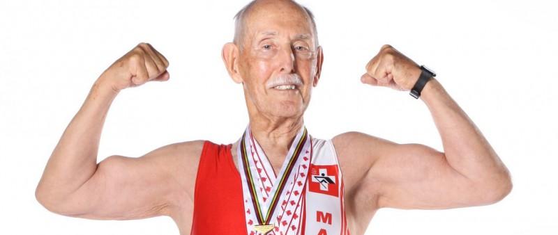 95letý veterán proletěl 200 metrů na dráze v novém světovém rekordu!