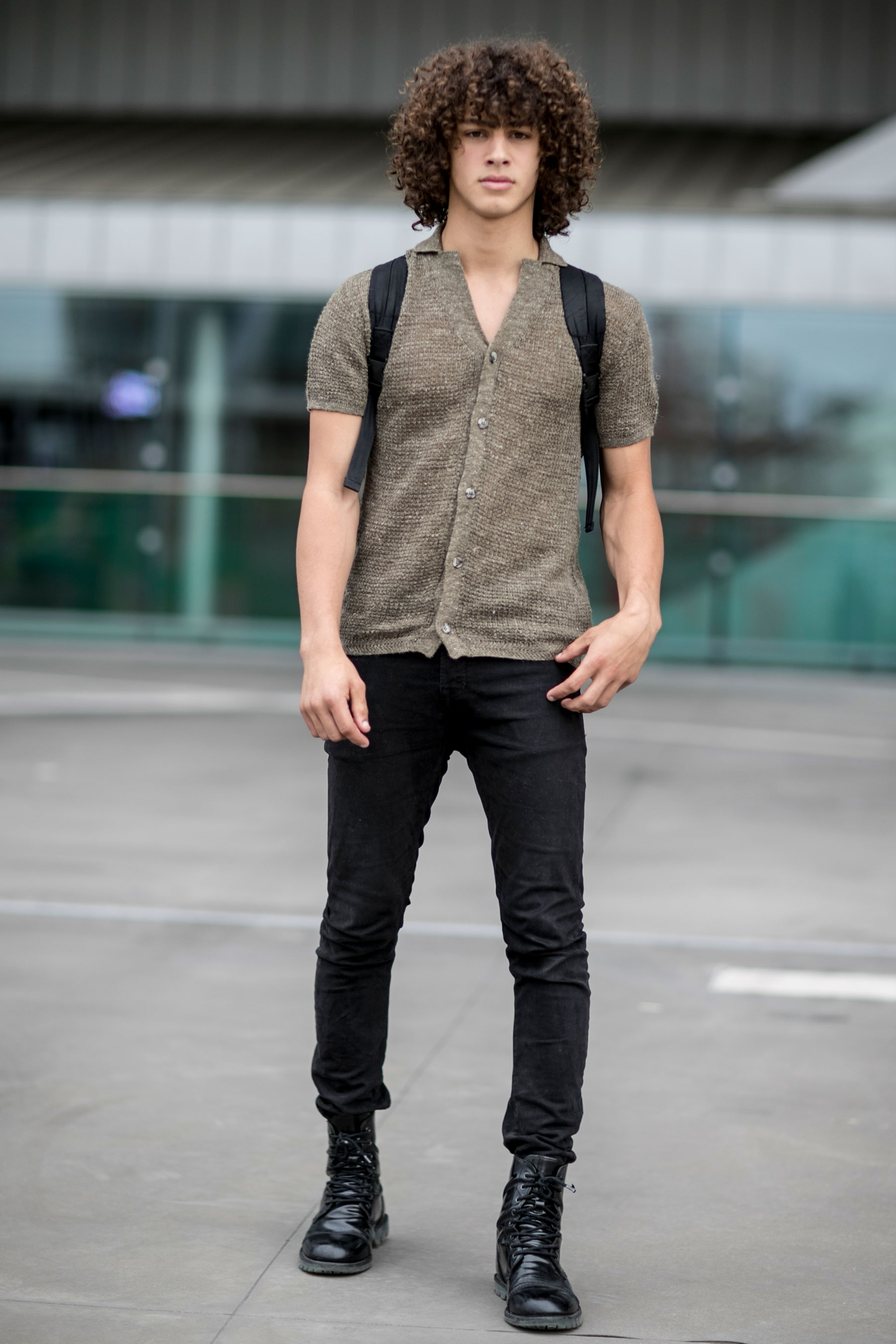 ライトブラウンワッフル半袖シャツ×黒パンツ×黒ブーツ