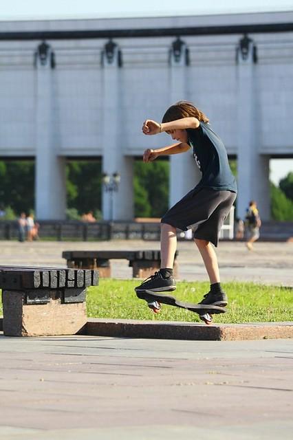 слайд на двухколесном скейте