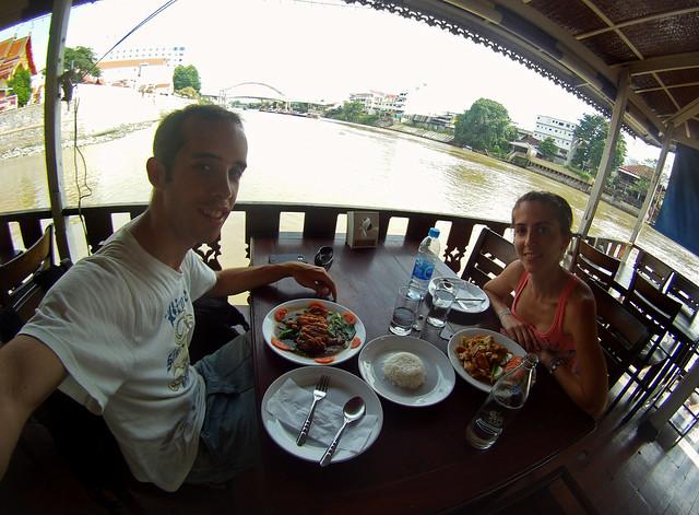 Comiendo en Ayutthaya junto al rio Phraya