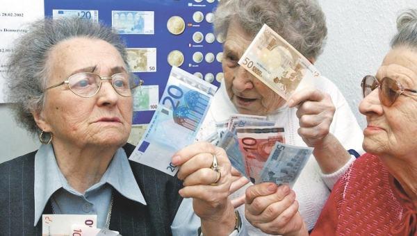 Pensininkai su eurais