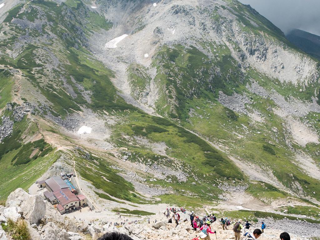 上から見下ろす一の越山荘
