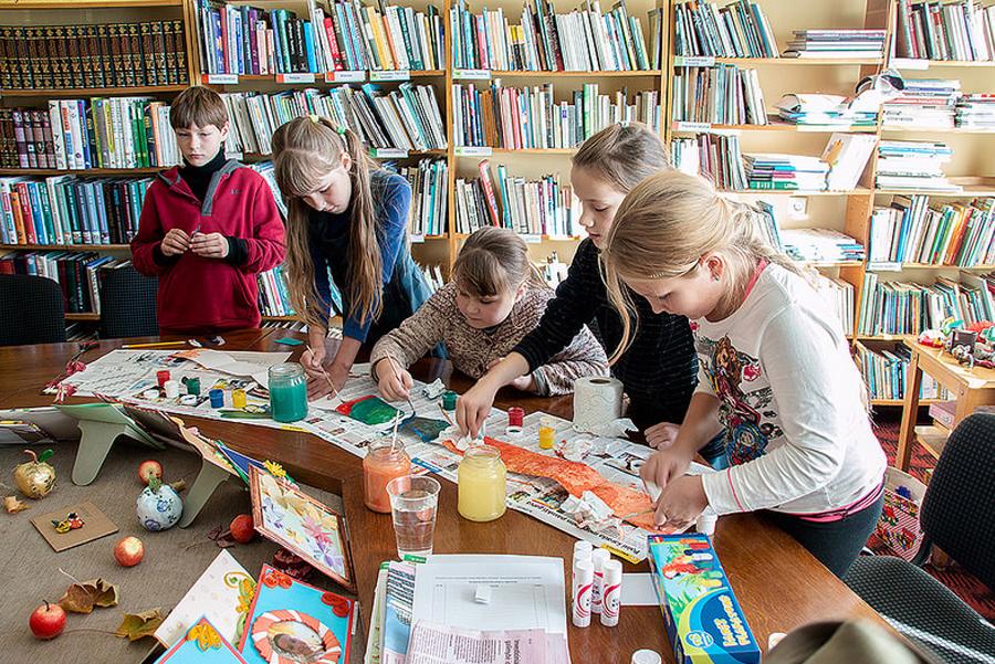 Children make an Endless book