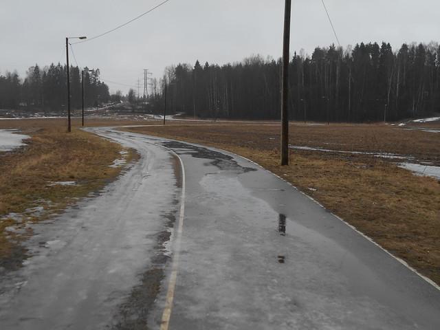 Poikkeuksellisen aikaisen kevään ja sulamisen erikoisilmiöitä: kadonnut luonnonlumilatu Espoon Leppävaaran ja Karakallion välillä 2.3.2015