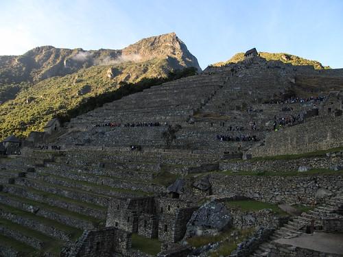 Machu Picchu: il est 7h13, les terrasses sont déjà envahies par les groupes...mais ce n'est rien comparé à l'invasion qui a lieu à partir de 10h !