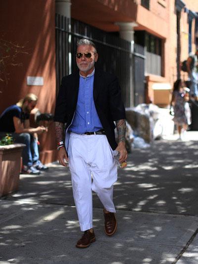 五分袖ネイビーテーラードジャケット×バンドカラークレリックシャツ×白テーパードパンツ×ブラウンウイングチップ