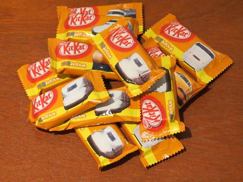 Shinkansen みかん (mikan) Kit Kats Feat. Dr Yellow (Japan)