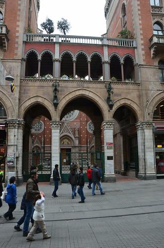 Versteckt an der Fußgängerzone liegt eine Kirche in Istanbul