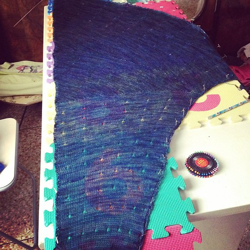 Quasi pronto da regalare #shawl #chiaroscuro #yarn #heidikirrmaier #ravelry #instaknit #iolavoroamaglia #ameliabefana #knit #knitting #serialknitters #knittingfriends