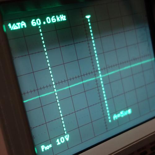 Oscilloscope_New Network Switch On_Subwoofer Off_F60k_Pin5_1 オシロスコープの画面を撮影した写真。ノイズ波形が表示されている。