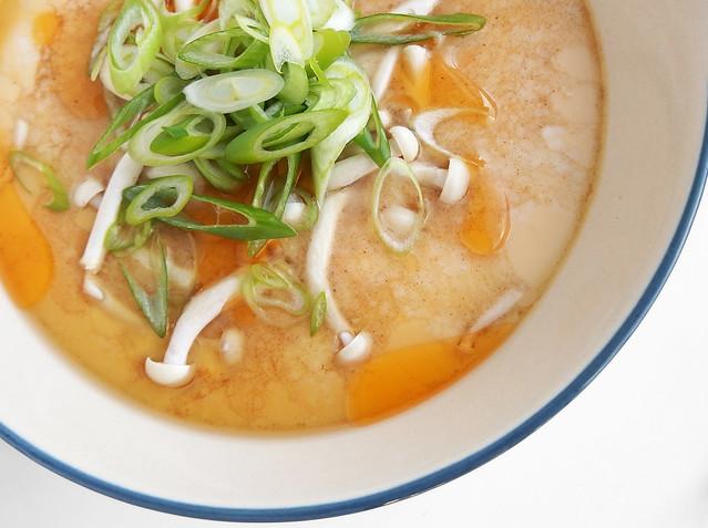 Chawanmushi met shimeji paddestoel, chili-olie en witte sojasaus
