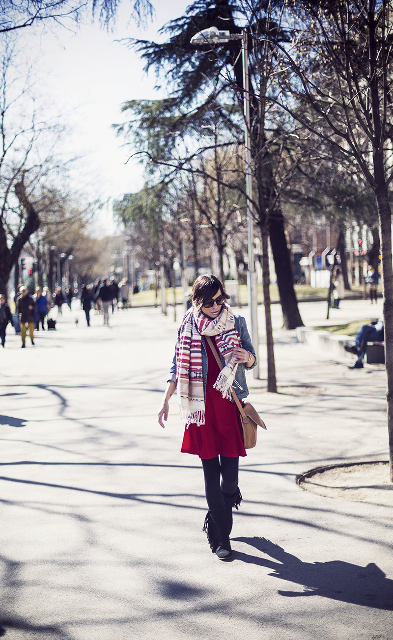 street style barbara crespo ethnic scarf red dress paseo recoletos fashion blogger outfit blog de moda loewe howsty