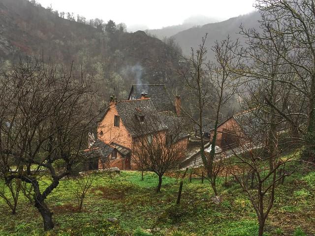 Casa humeante de Conques (Midi-Pyrénées, Francia)