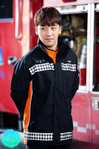 seungri_angel_eyes2-400x600